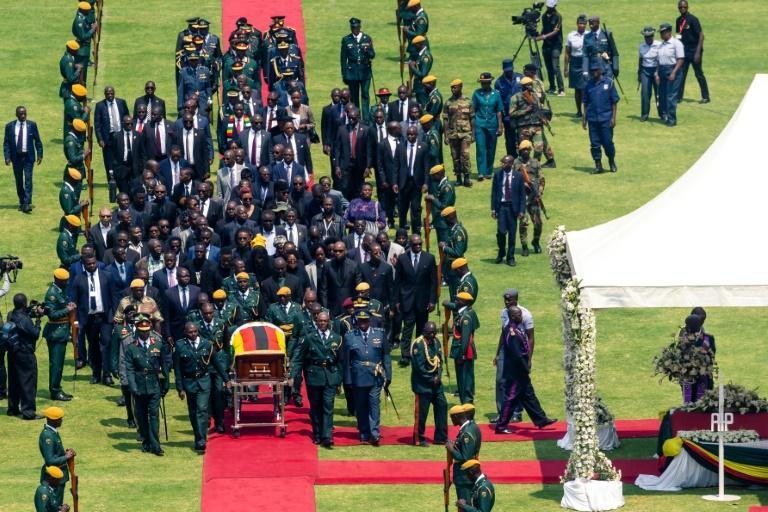 تشییع موگابه در ورزشگاه تقریبا خالی (