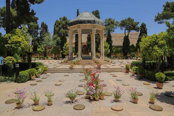 دف نوازی کنار مقبره حافظ ، صدایی که قرار بود در سکوت بماند