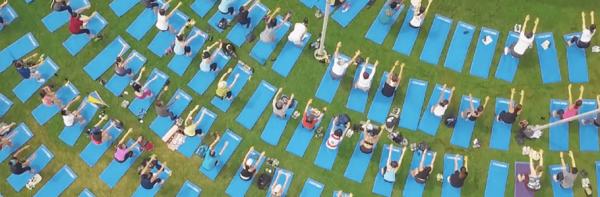برگزاری کلاس های یوگای دسته جمعی رایگان از طریق شرکت Lululemon در ونکوور